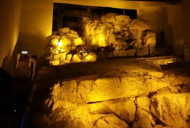 אלה הביצורים הכנעניים שנמצאים כיום תחת מבנה של עמותת עיר דוד, אבל שפעם היו גלויים, על פני ההר. כדי להבין מה גודלם ראו את המדרגות משמאל.